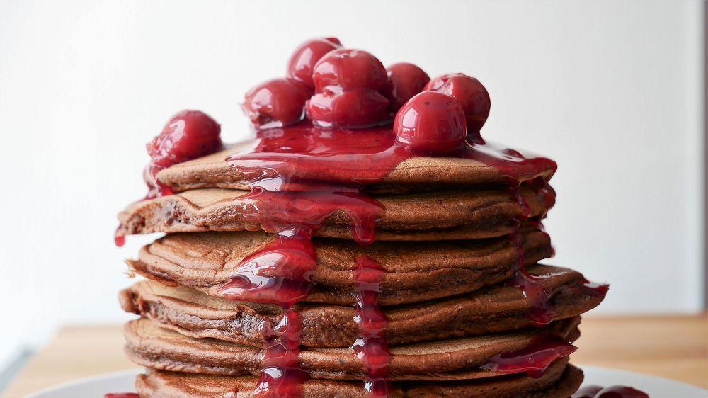 Schokoladen Pancakes mit heißen Kirschen