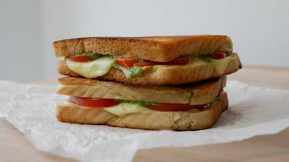 Tomaten Mozzarella Sandwich mit Basilikumpesto