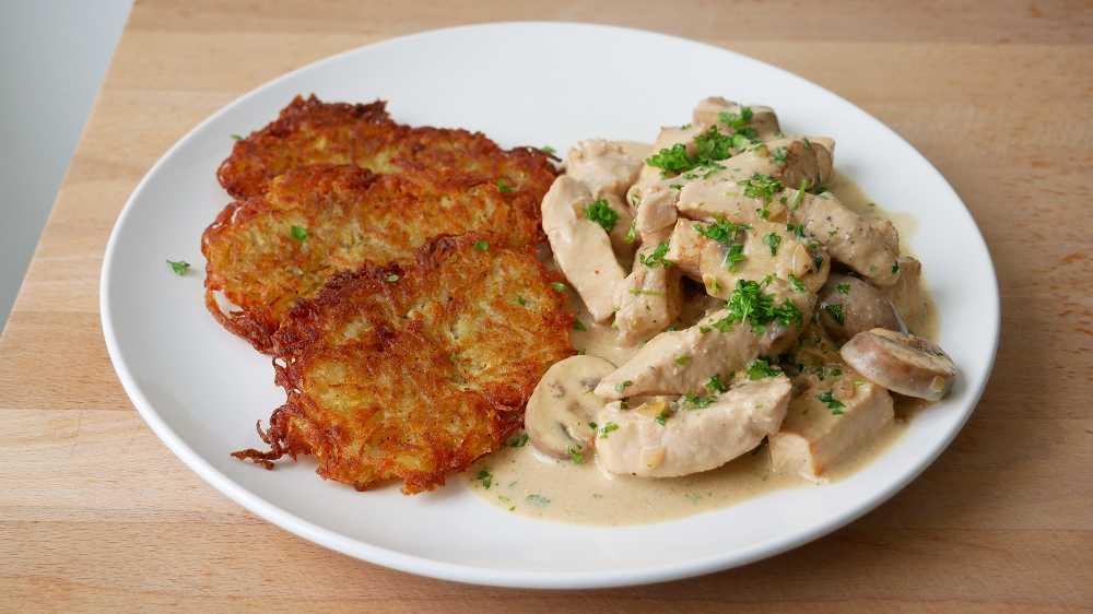 """Geschnetzeltes """"Zürcher Art"""" mit Kartoffelrösti"""