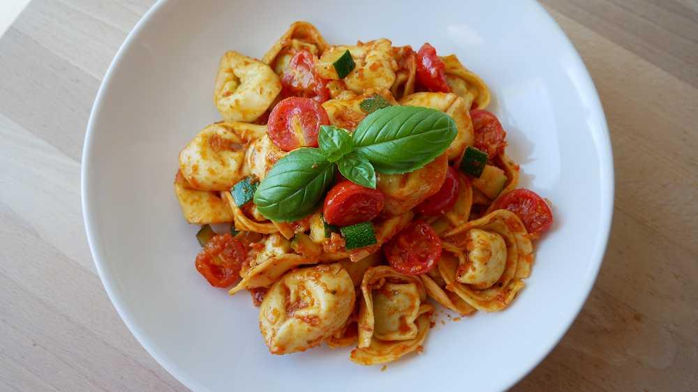 Schnelle Tortellini Pfanne mit Zucchini & Kirschtomaten
