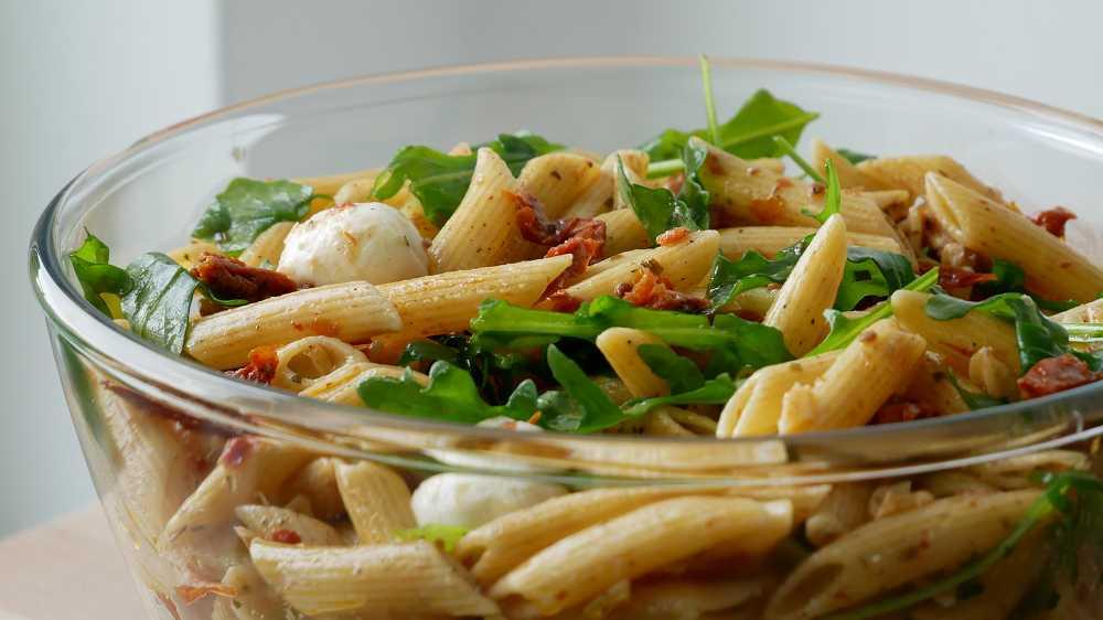 Nudelsalat mit getrockneten Tomaten & Rucola