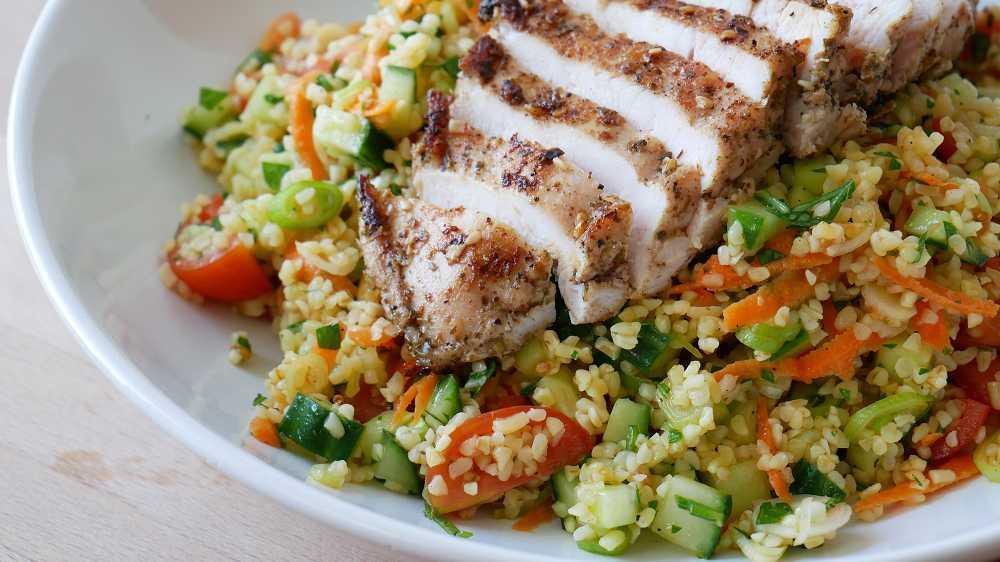 Arabischer Taboulé Salat mit Hähnchen