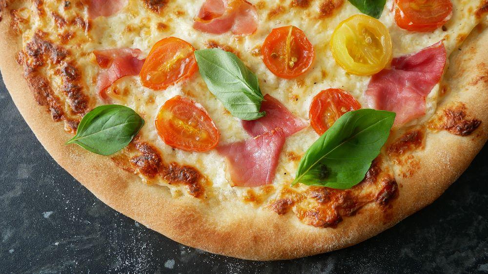 Weiße Pizza mit Schinken & Kirschtomaten
