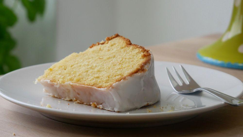 Saftiger Zitronenkuchen mit Zuckerguss Backen