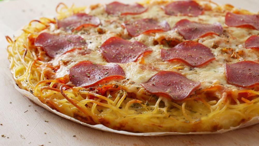 Spaghetti Pizza mit Salami