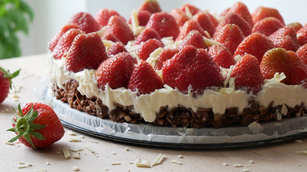 Simple Strawberry Cake with Cornflakes Base