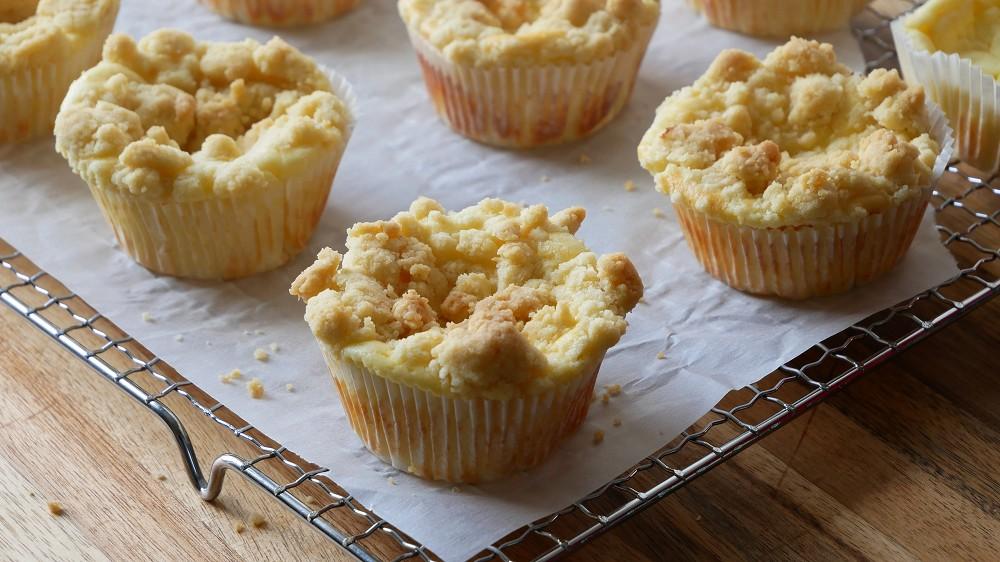 Baking Cheesecake Streusel Muffins