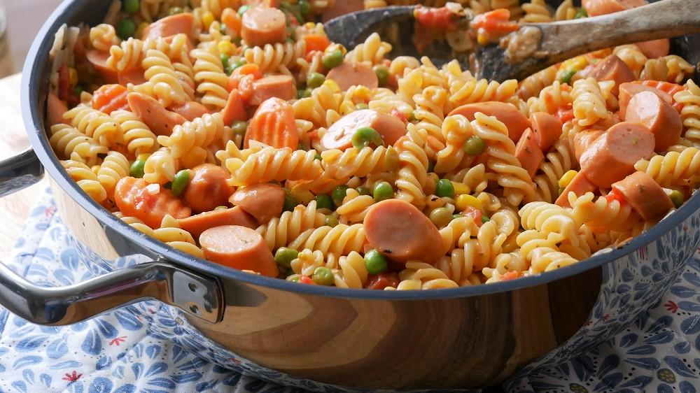 One Pot Pasta mit Gemüse & Würstchen