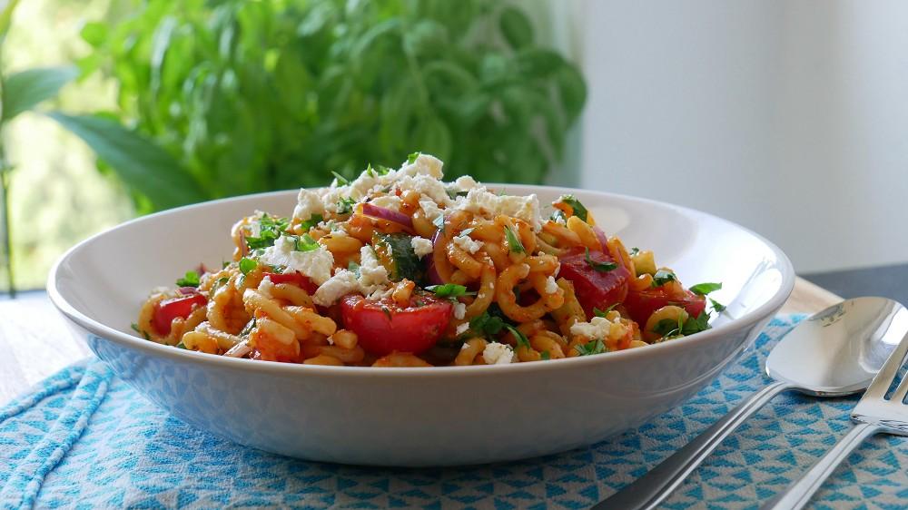 Schneller Nudelsalat mit Gemüse & Feta